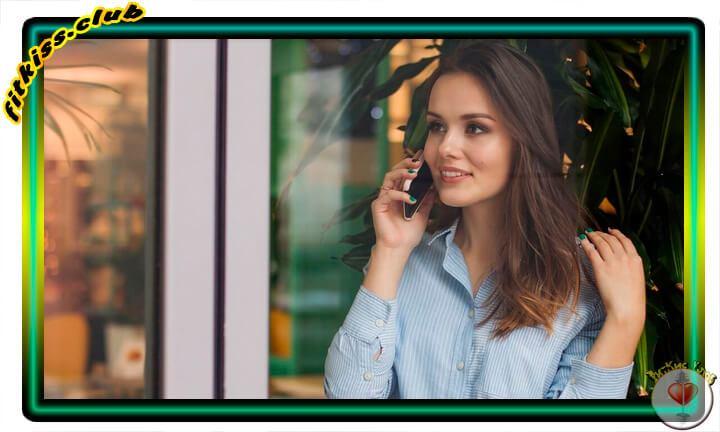 девушка звонит со смартфона