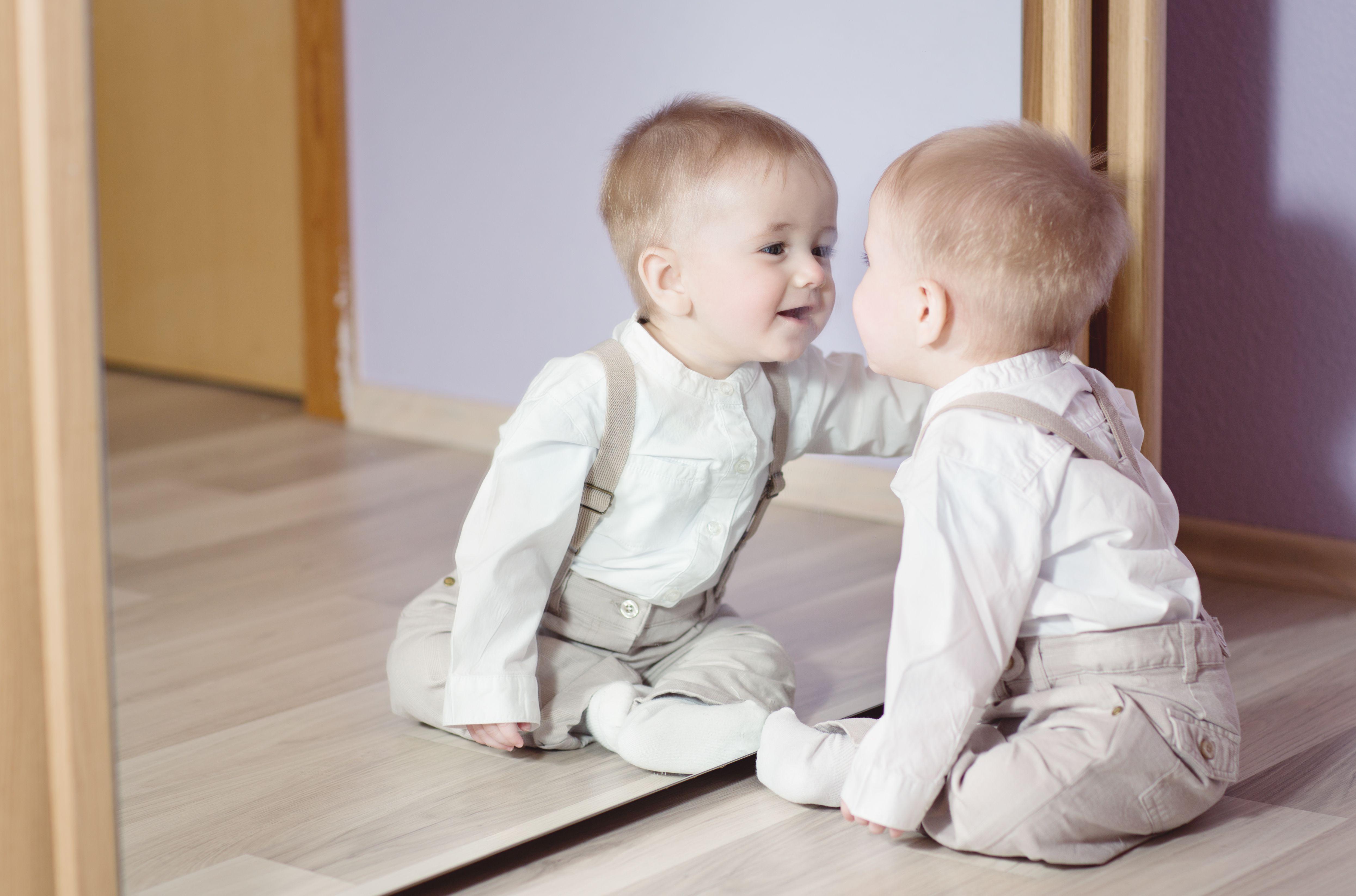 Можно ли детям до года смотреться в зеркало?