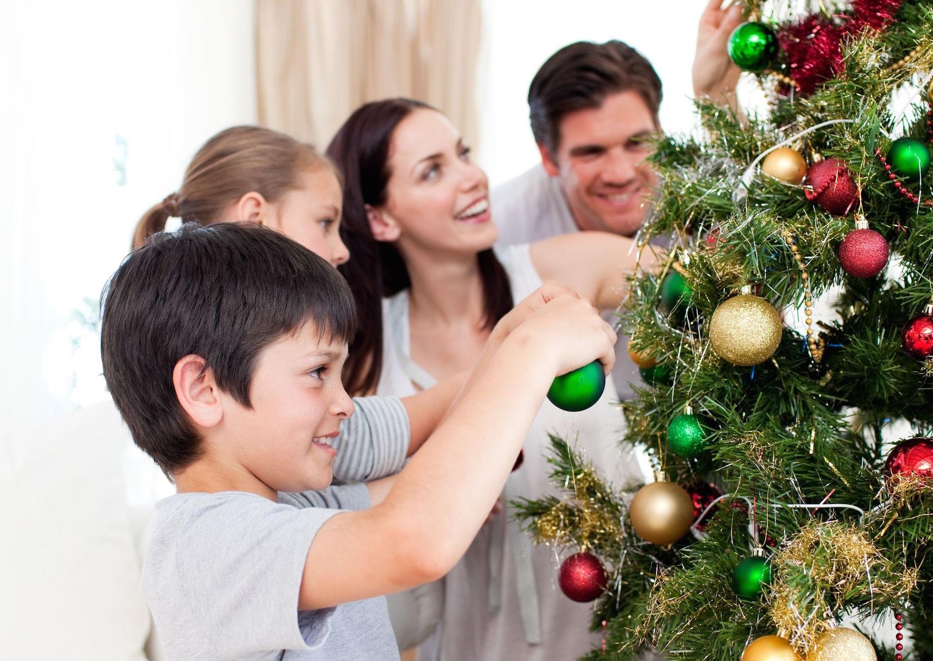 фото семья наряжает елку нужно только