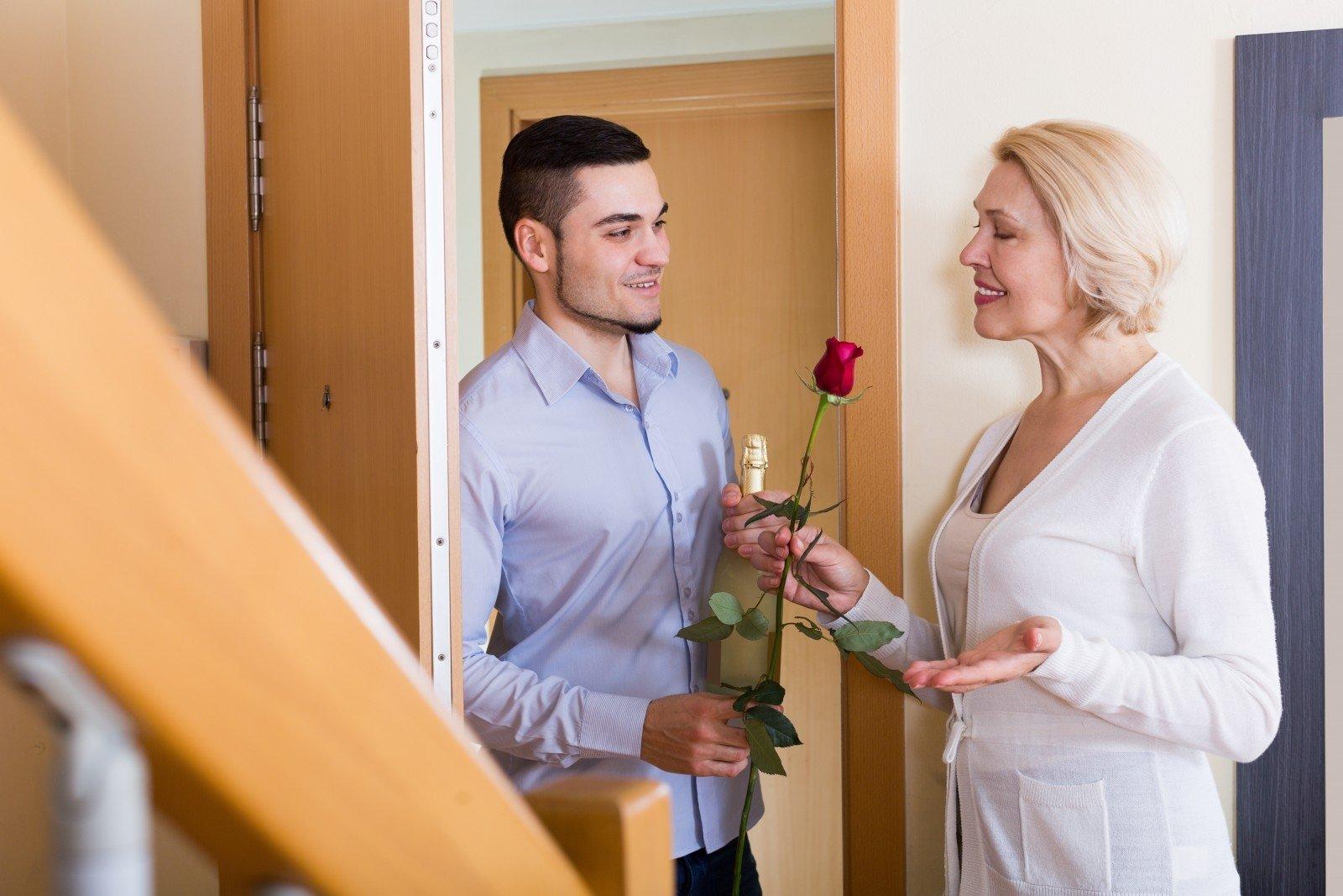 Почему молодым парням нравятся взрослые женщины?