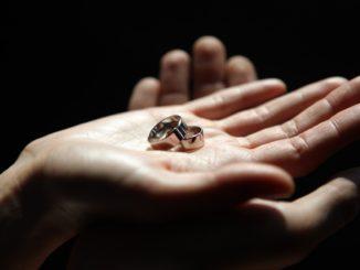Приметы про обручальные кольца. Чего бояться?